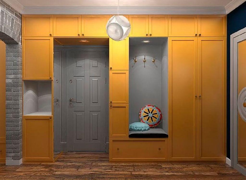 Шкафы вокруг дверных проемов схожа с мебелью с антресолями в прихожей