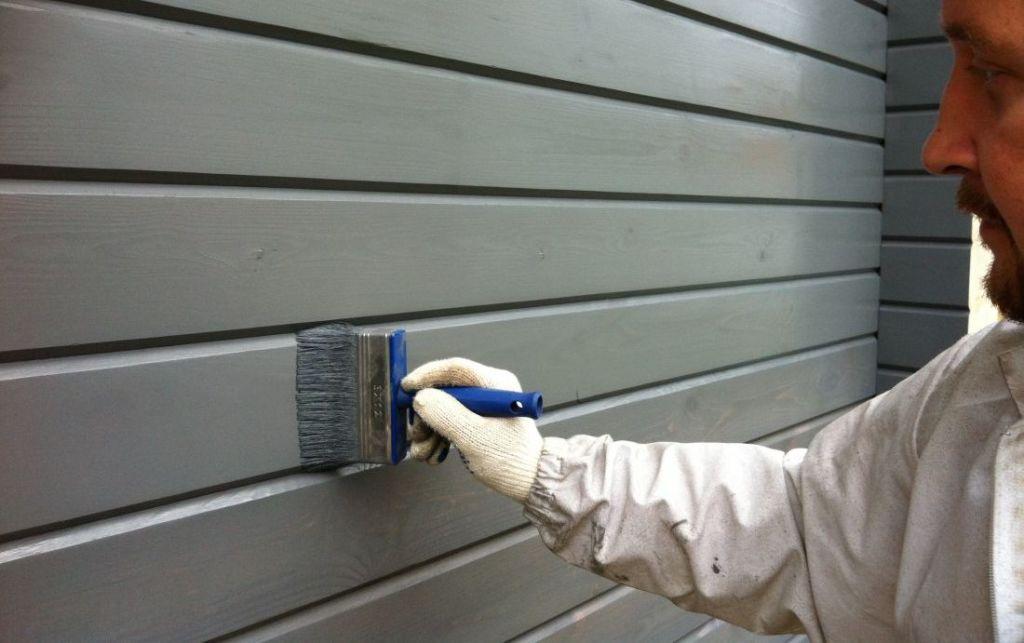 Грамотное окрашивание стен из дерева способно подчеркнуть их эстетичность