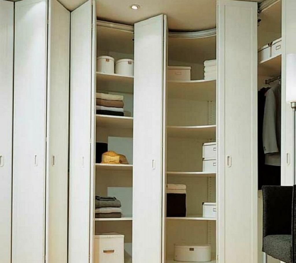 Шкаф вокруг двери со складными дверями