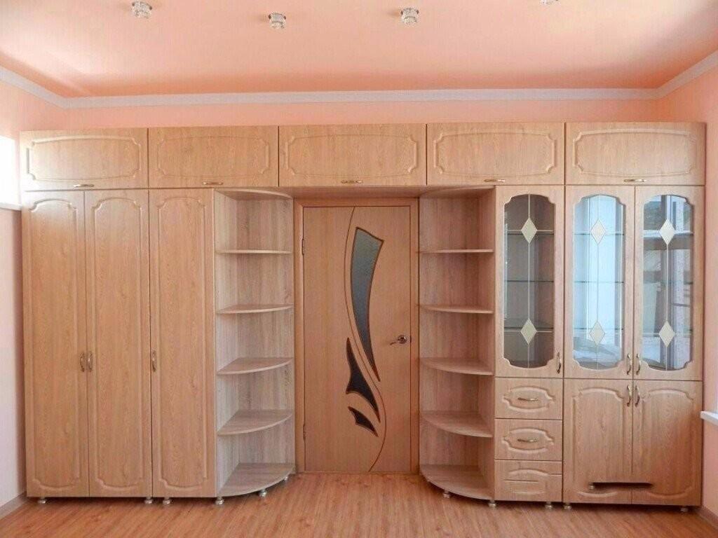 Встроенные шкафы вокруг двери