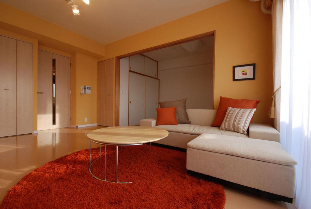 Интерьер гостиной в оранжевом цвете
