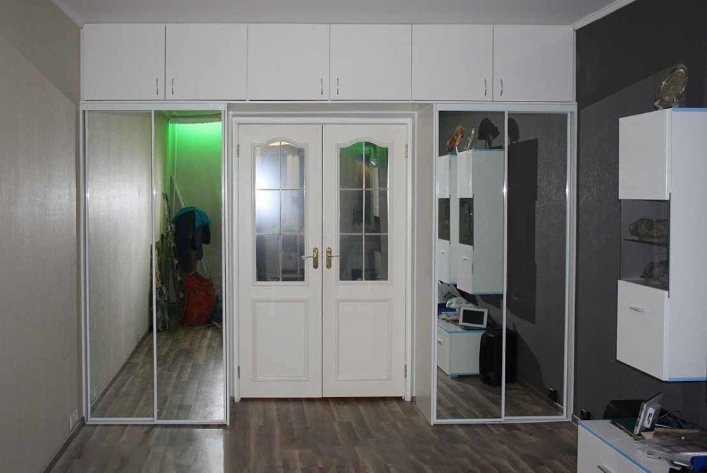 Шкаф можно сделать незаметным, либо, наоборот, он может являться главным украшением комнаты
