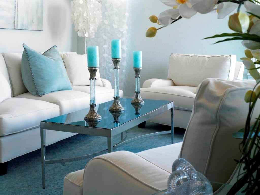 Яркий ковролин в маленькой гостиной