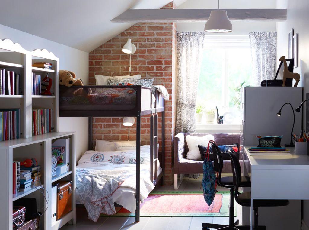 Детская для двух детей с белой стеной из кирпича и металлической двухъярусной кроватью