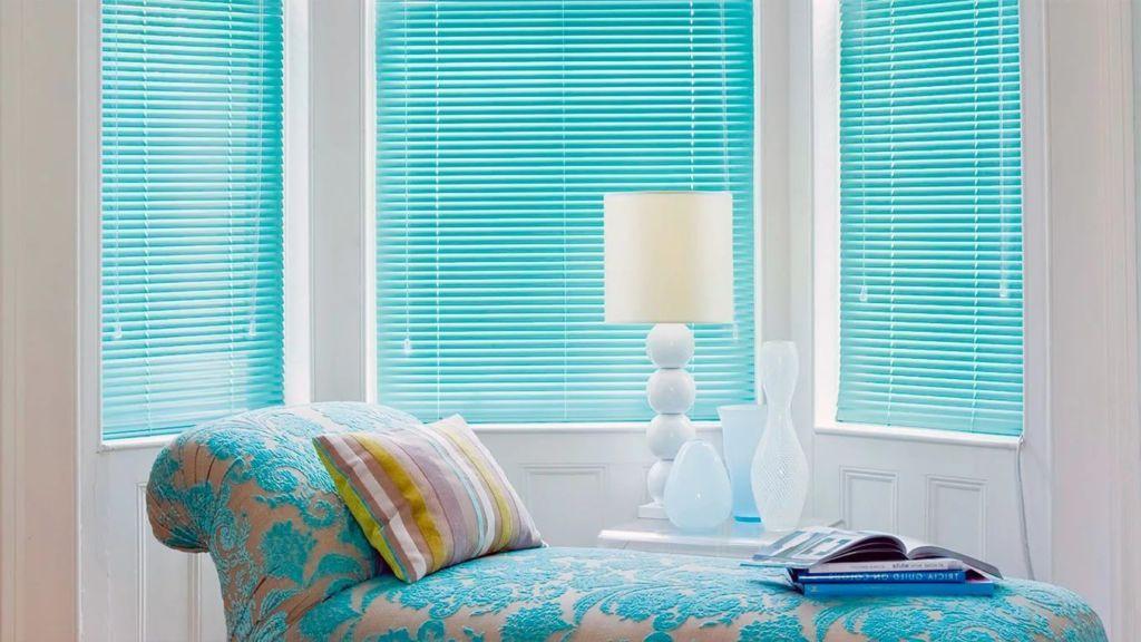 Горизонтальные жалюзи в голубой спальне