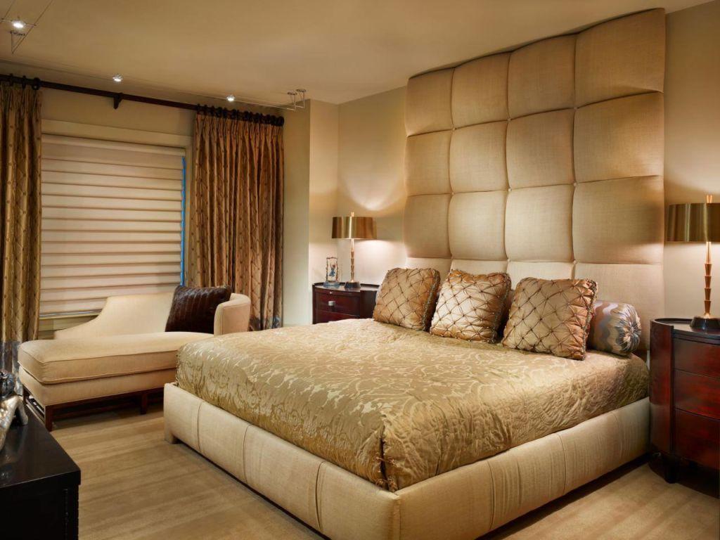 Освещению в коричневой спальне стоит уделить особое внимание