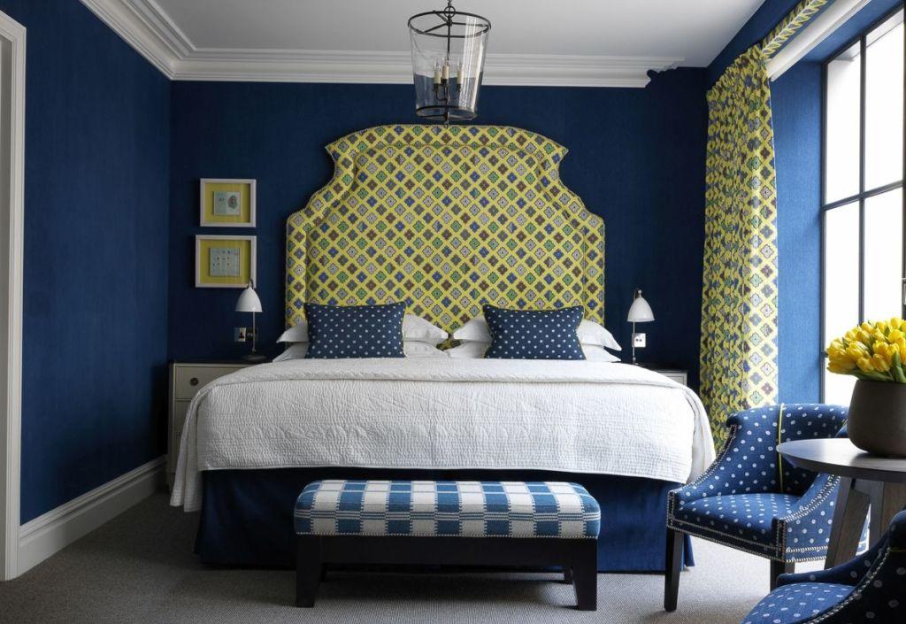 Яркие синие стены – современное и креативное решение
