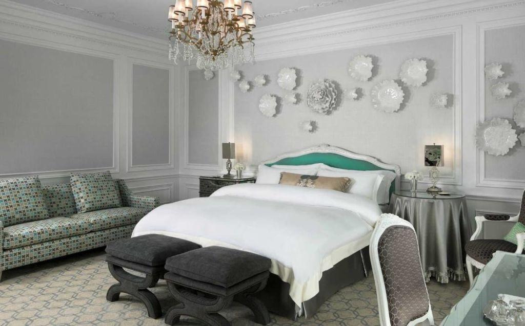 Ассиметричное расположение декоративных элементов на акцентной стене в спальне в стиле модерн