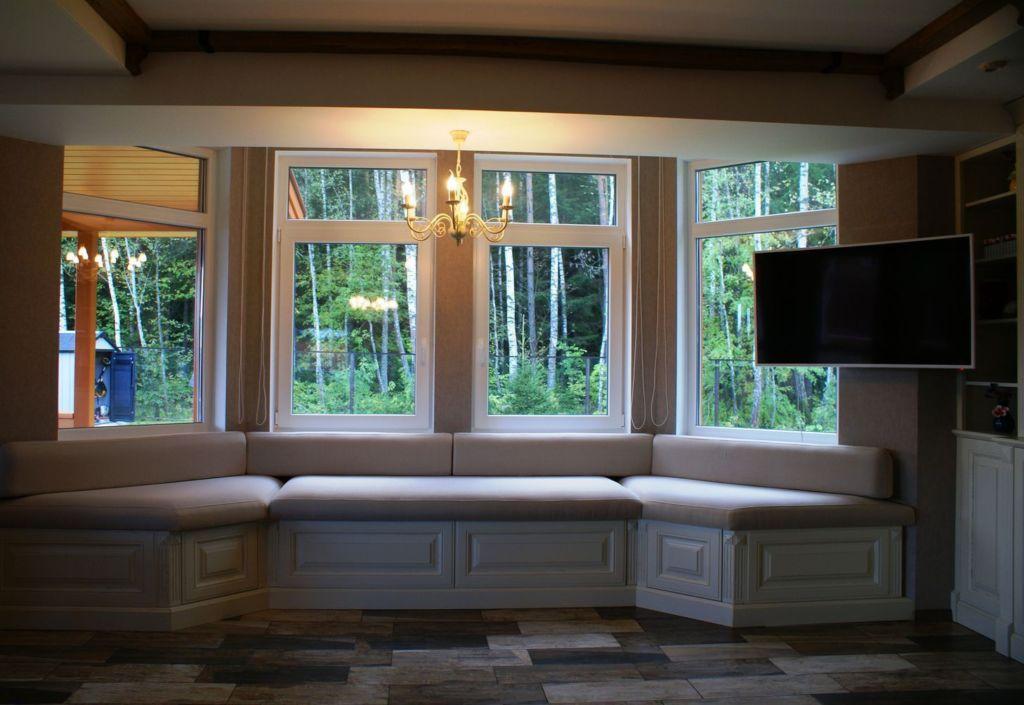 Встроенный в нишу деревянный диван-эркер с основанием с мягким матрасом