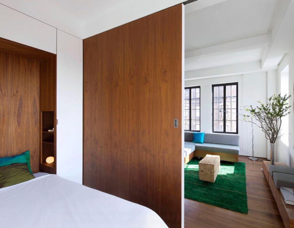 Раздвижная дверь между гостиной и спальней