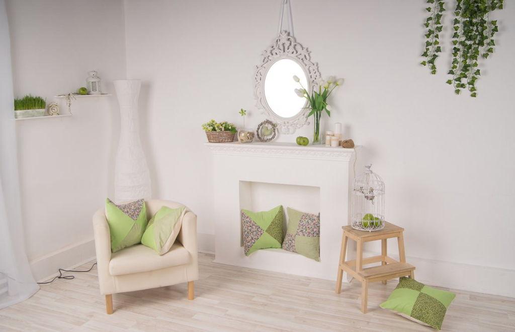 Белый фальш-камин в интерьере гостиной