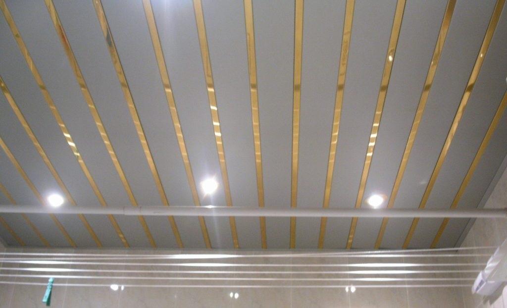 Потолок реечной конструкции представляет собой модульную потолочную конструкцию