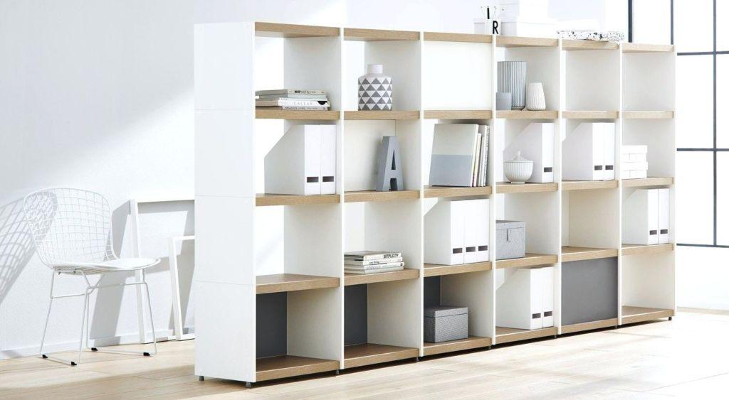 Стеллаж-перегородка, чаще всего его используют для зонирования пространства в просторных комнатах, квартирах-студиях