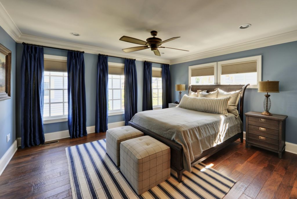 Для того чтобы ваша синяя спальня смотрелась органично, старайтесь сочетать в ней разные оттенки