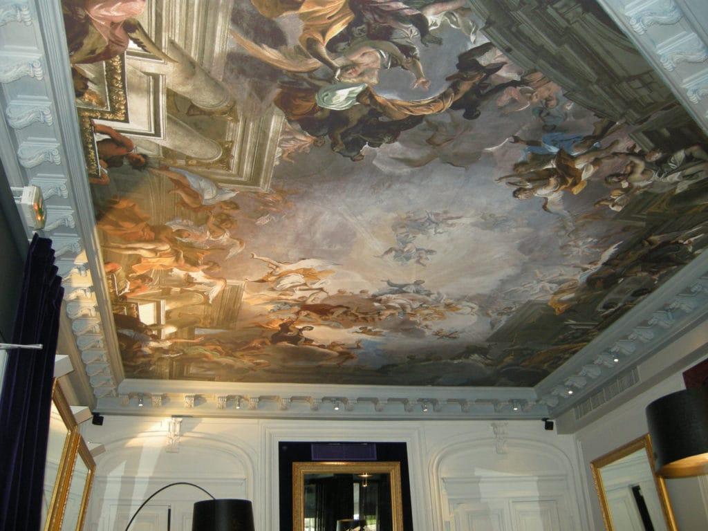 Художественные натяжные потолки с фотопечатью создают впечатление настоящей росписи или фото