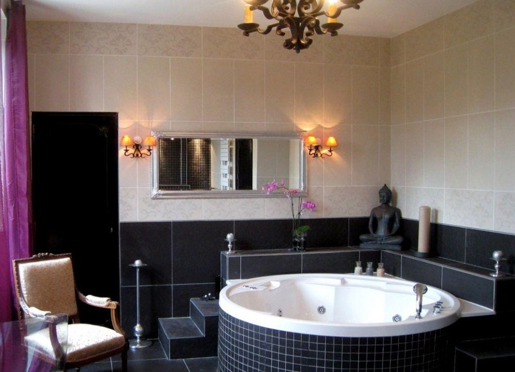 На ряду с кафелем для декора интерьера ванной комнаты используют и занавески, зеркало