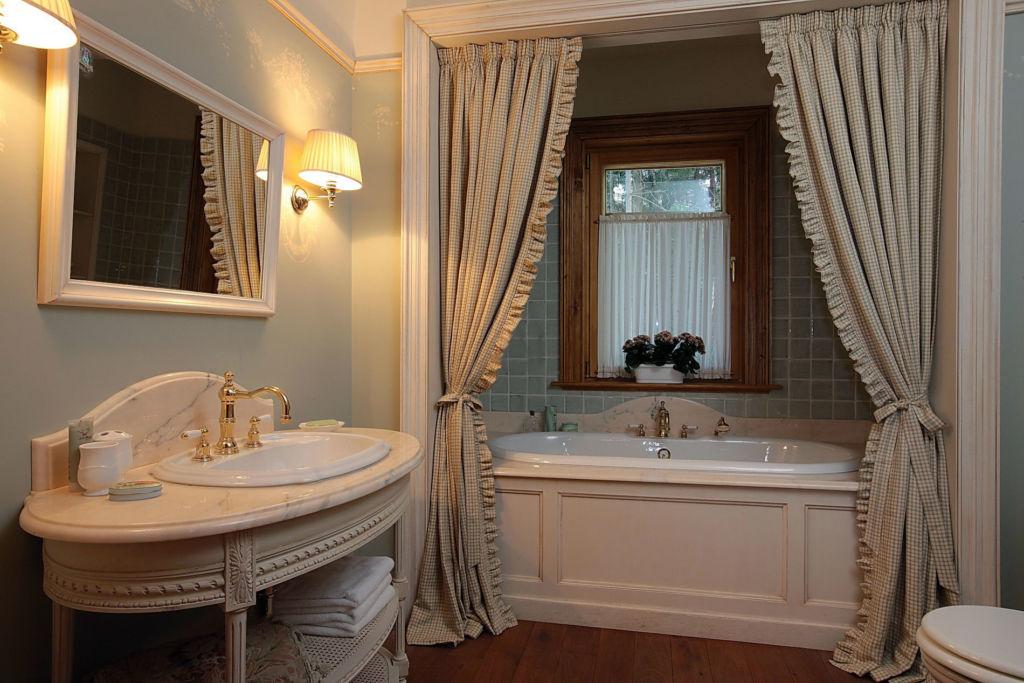 Тканевые занавески - неплохое решение для ванной комнаты
