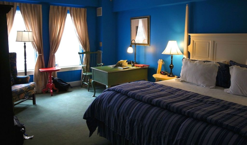 Чаще всего в синей комнате самыми яркими являются именно стены и потолок