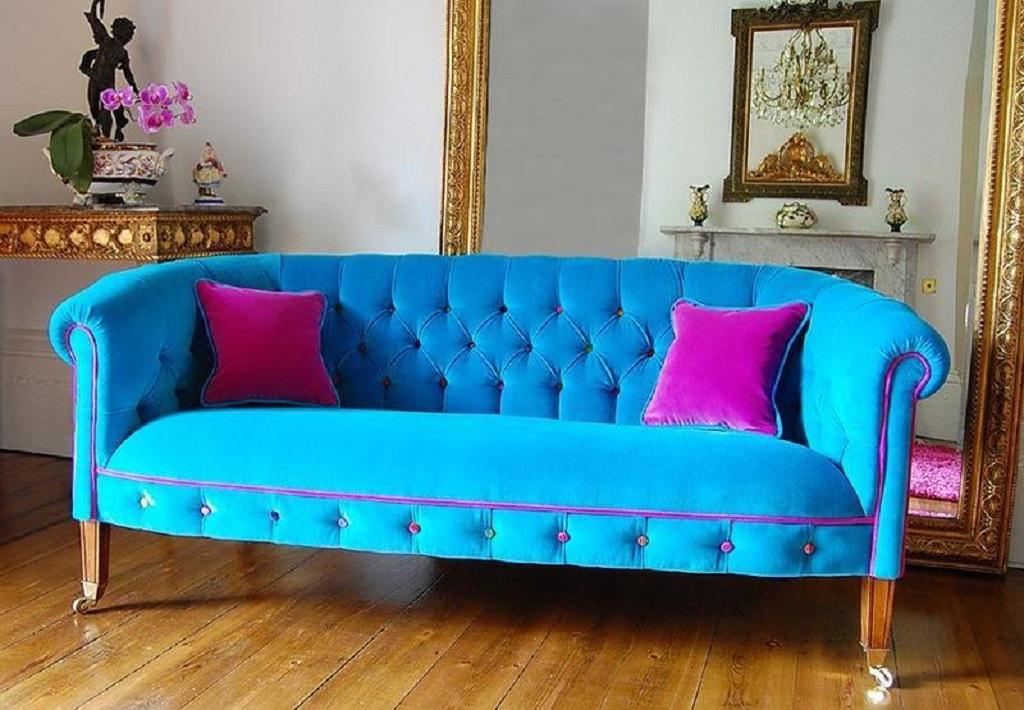 Бирюзовый диван прекрасно гармонирует и с яркими цветами