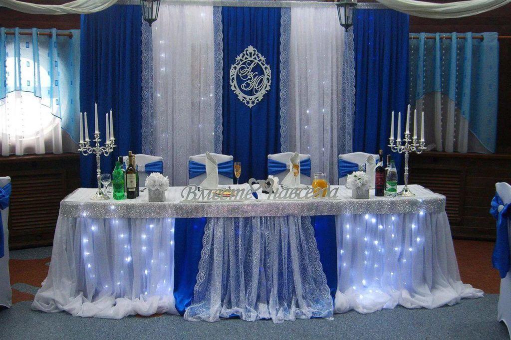 Оформление стола молодых должно перекликаться с общим декором зала
