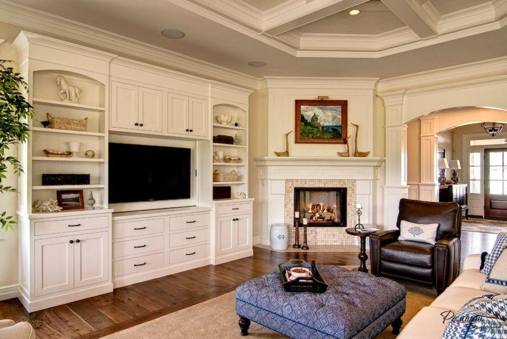 Специалисты рекомендуют размещать ТВ-панель в нише или под определённым углом для комфортного просмотра