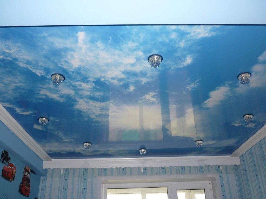 Натяжной голубой потолок в детской комнате