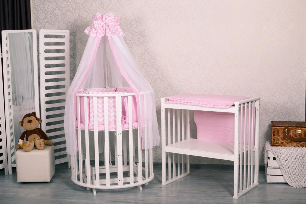 Круглая кроватка с розовым балдахином и столиком для крохи