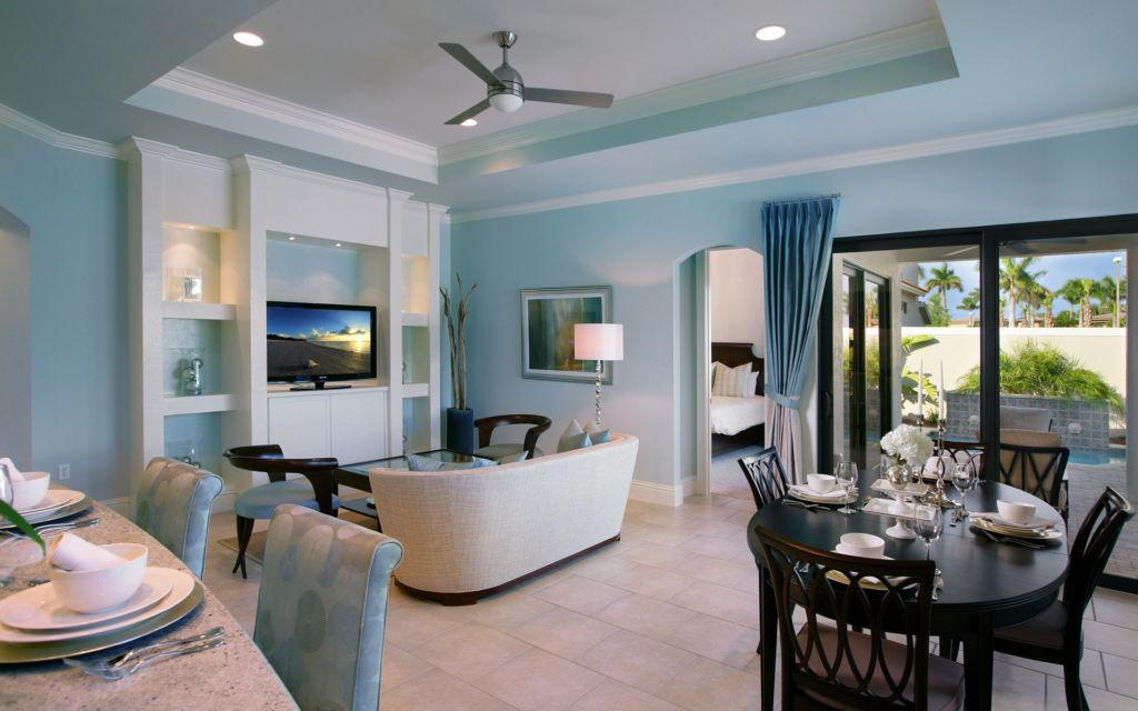 Оформление потолка в голубой гостиной