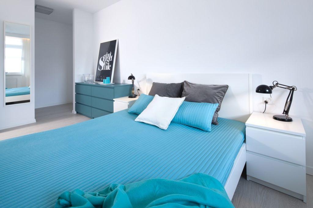 Светлый ламинат в голубой спальне