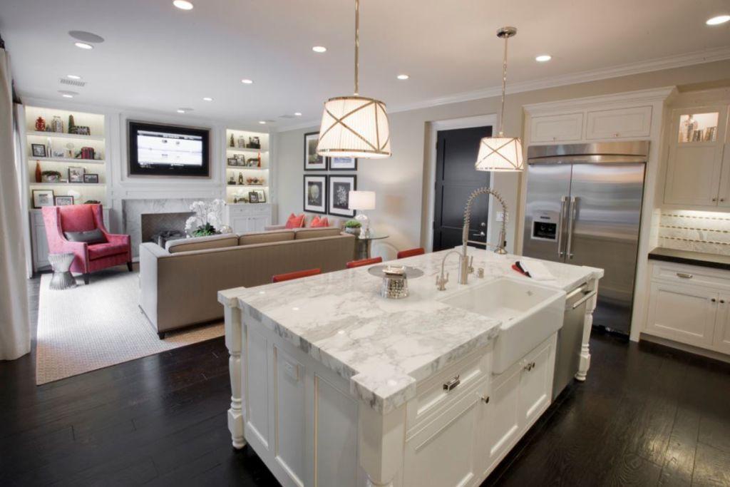 Зонирование кухни и гостиной при помощи освещения