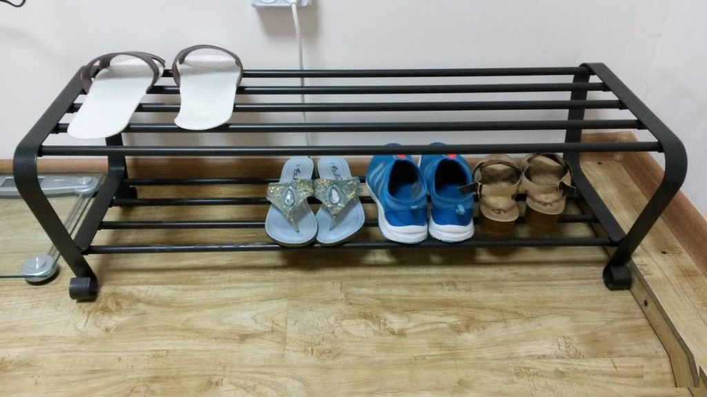 Компактная полка для обуви занимает минимум места и подходит для любой квартиры
