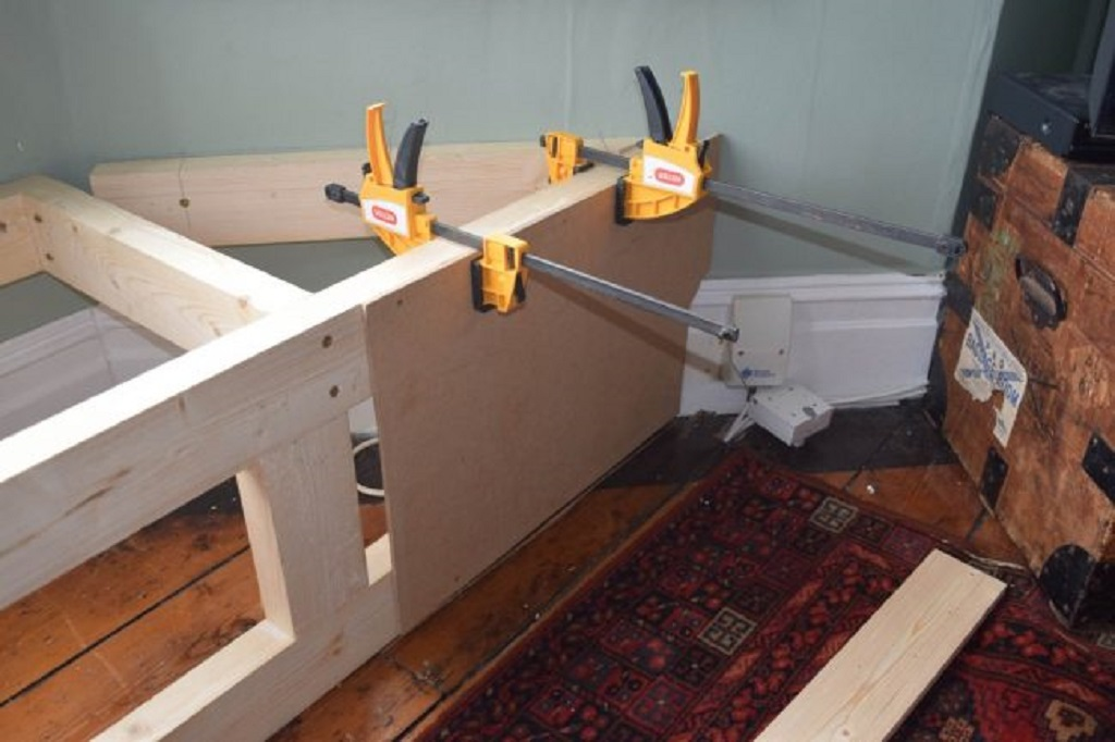 Установка каркаса для подоконника-дивана