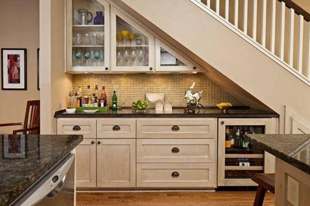 Мини-бар и раковина кухни под лестницей