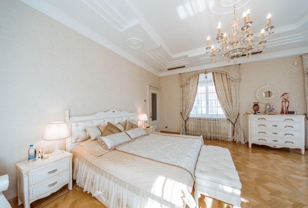 Потолок в классическом стиле должен быть достаточно высоким, чтобы сделать спальню похожей на комнату во дворце