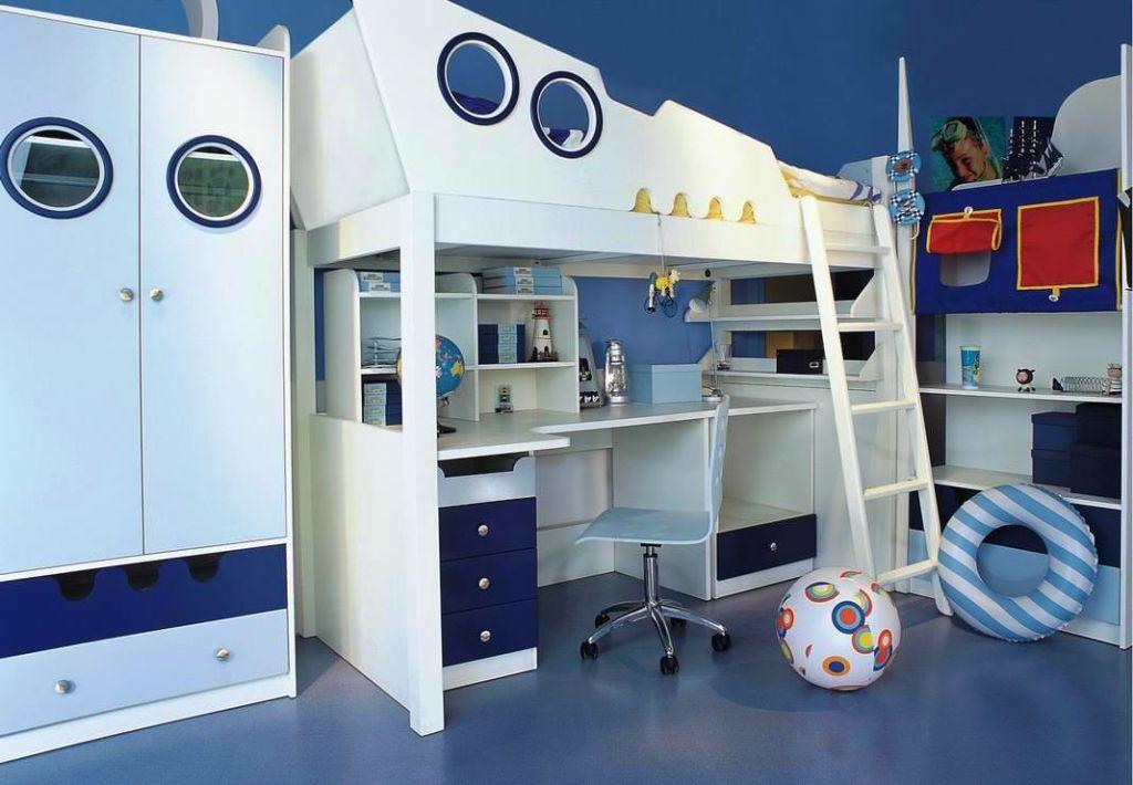Дизайн детской в морском стиле с двухъярусной деревянной кроватью для одного ребенка