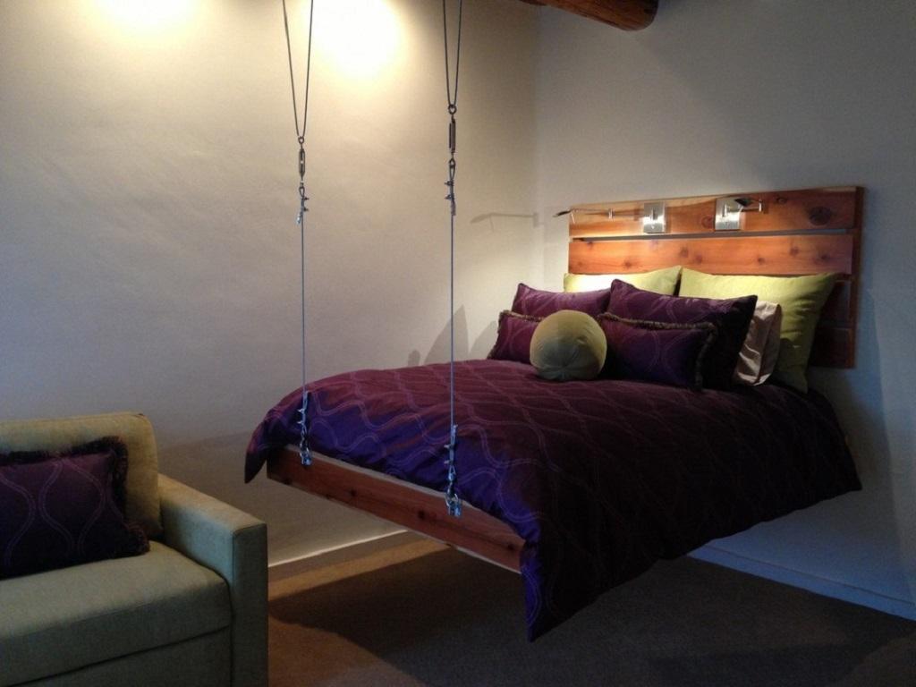 Кровать подвесная к стене