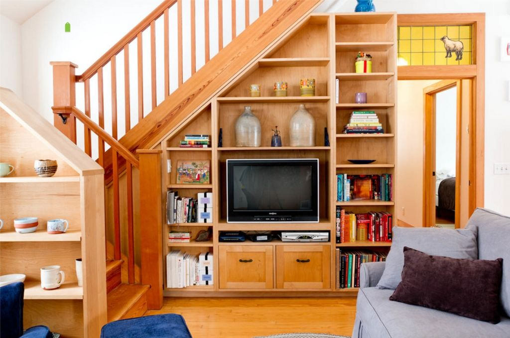 Телевизор под лестницей