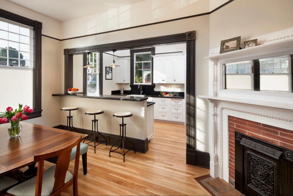 Зонирование маленькой кухни и гостиной с помощью обеденной зоны