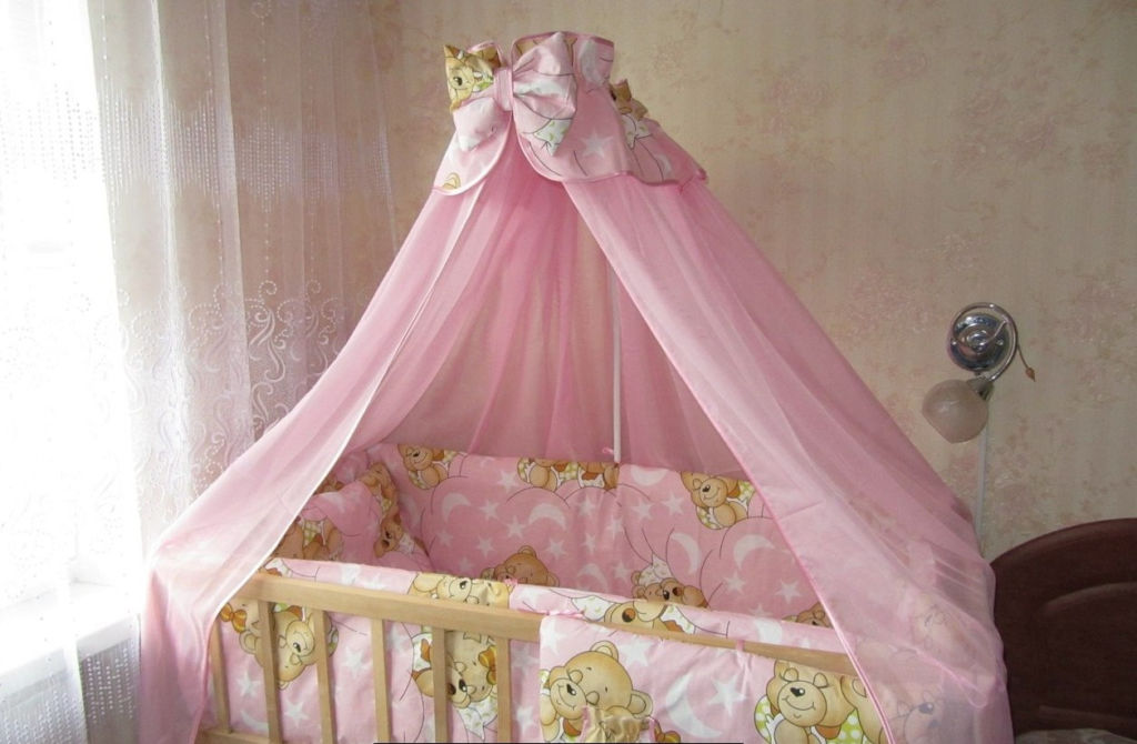 Красивый розовый балдахин для детской кроватки