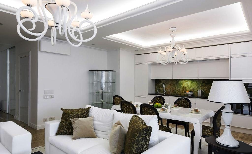 Зонирование потолком кухни-гостиной в классическом стиле