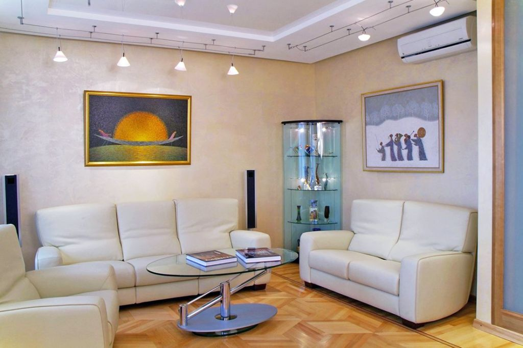 Освещение гостиной с никзим потолком спотами