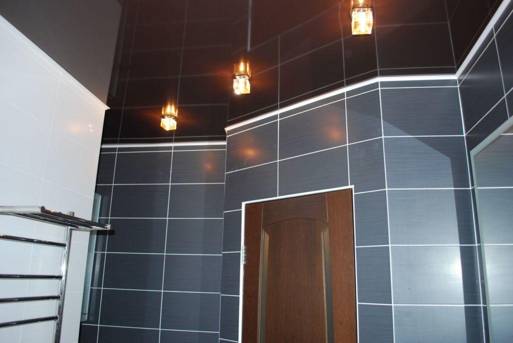 Выбирая цвет натяжного потолка в ванной, вы должны учитывать, чтобы он подходил к стилю интерьера помещения