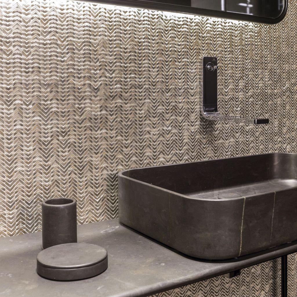 Металлическая мозаика подходит для стиля модерн в ванной