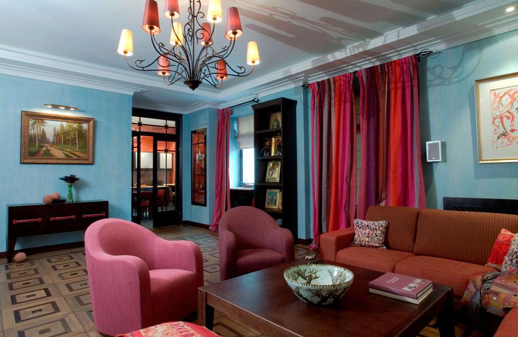Яркое сочетание цветов в интерьере гостиной