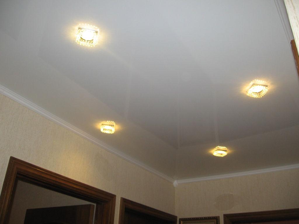 Натяжной потолок с лампами