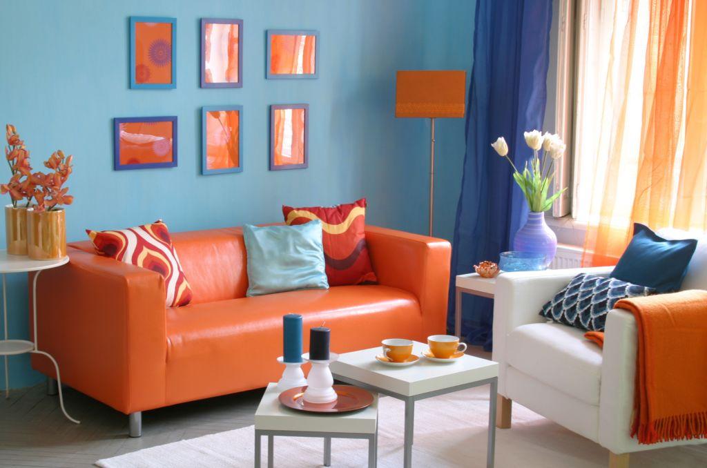 Смелое сочетание цветов, голубого и оранжевого