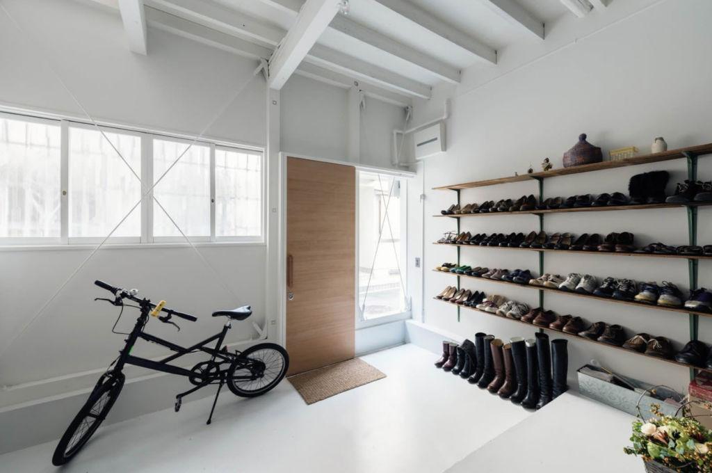 обувь на полке расставляют свободно, недопустимо выставление одной пары на другую