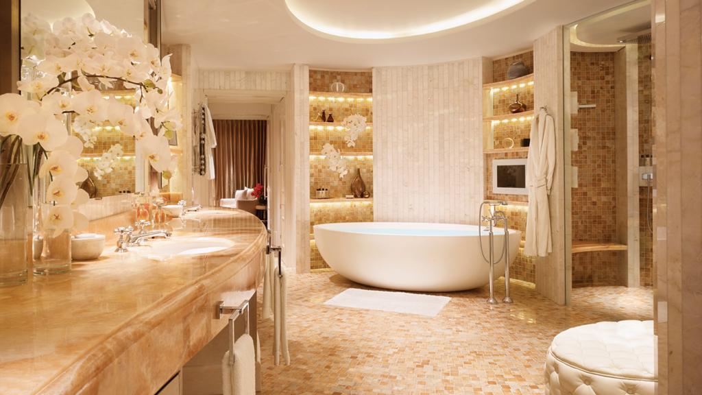 Светлая ванная комната в стиле барокко