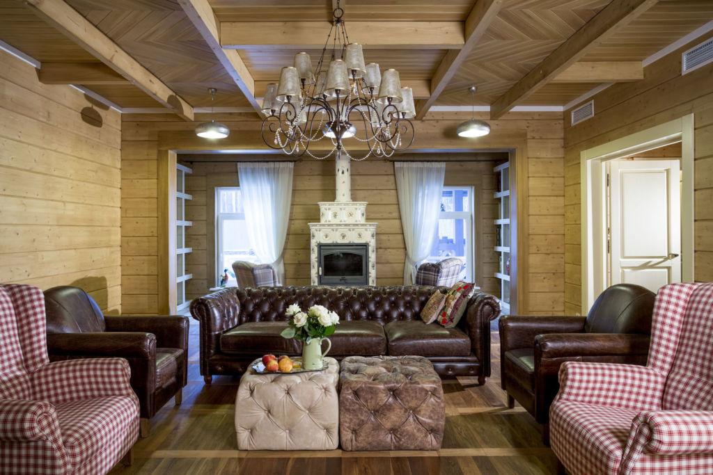 Натуральная внутренняя отделка деревянного дома в стиле модерн