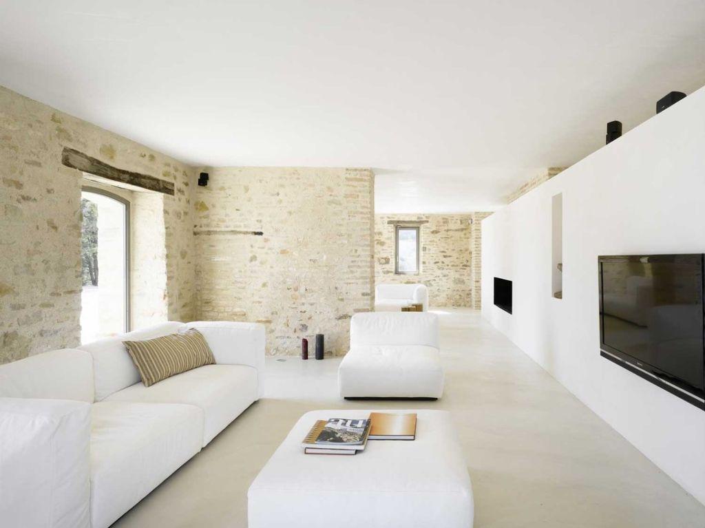 Классика жанра – ровный потолок белого цвета, для отделки используют матовую краску